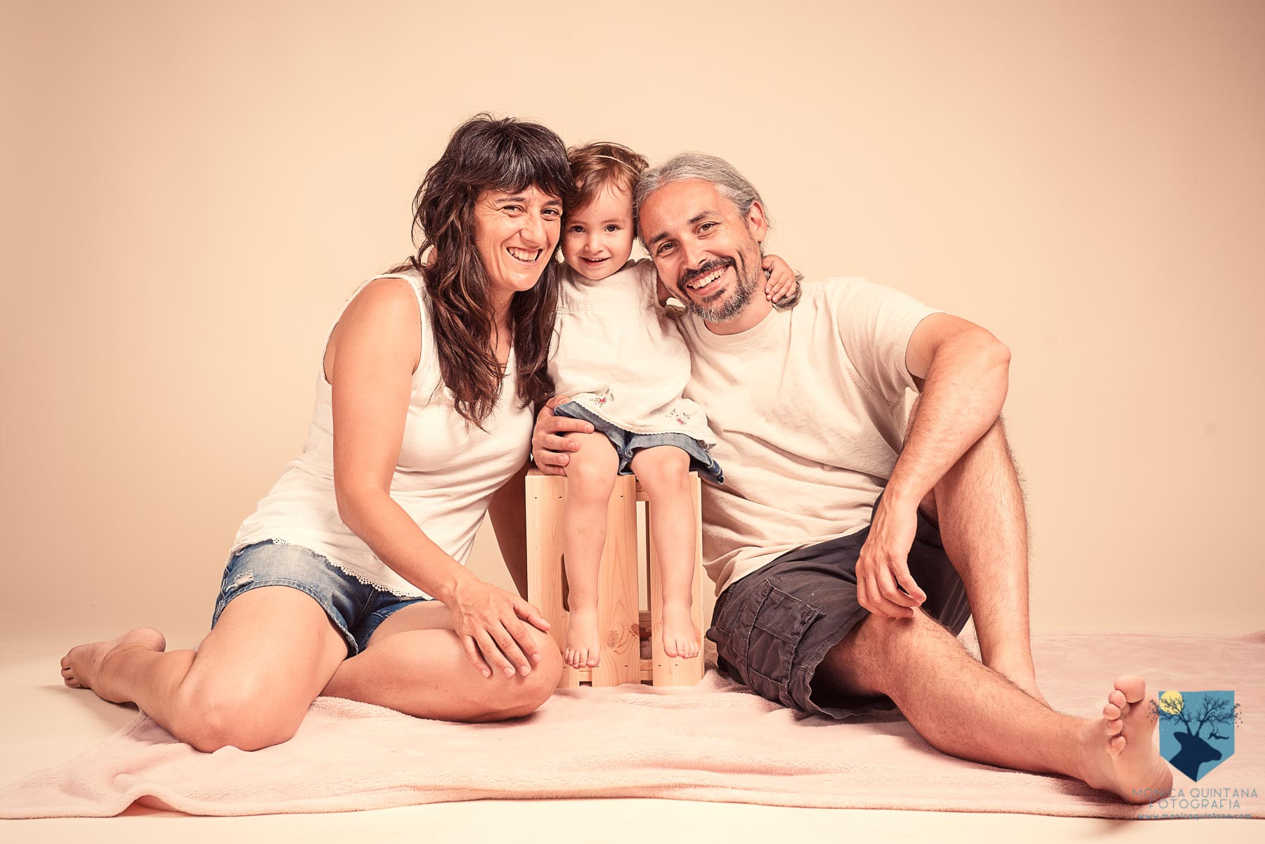 estudio de fotografia de familia con niños pequeños en Figueres, Girona
