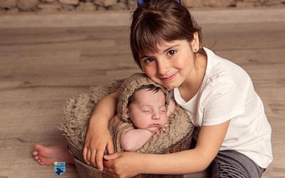 Sesión de fotos recién nacido y hermana en Figueres (Girona)