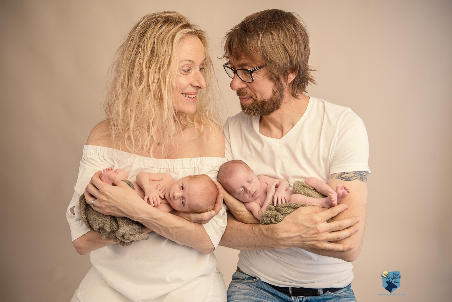 fotografia fotos fotografo fotografa fotograf girona figueres emporda, monica quintana, bebes niños, recien nacido, newborn familia retrato gemelos bessons nado fotos de gemelos recién nacidos